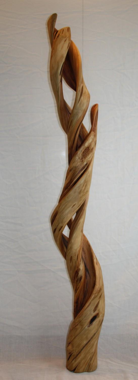 Een seringenstam groeit op een speciale manier. Niet recht, maar in een gedraaide vorm. Het sculptuur is 130 cm hoog en draait 2x om zijn eigen as. De kern was zacht hout, dit heb ik weggehaald en wat over bleef is een mooi gevlamde stam.
